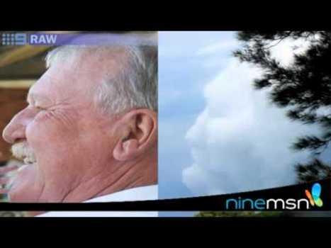 La cara de hombre vista en las nubes antes de morir