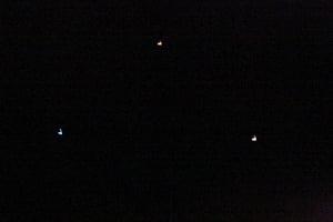 Formación OVNI colorida triangular filmada en Nueva Zelanda – 17 de agosto 2012