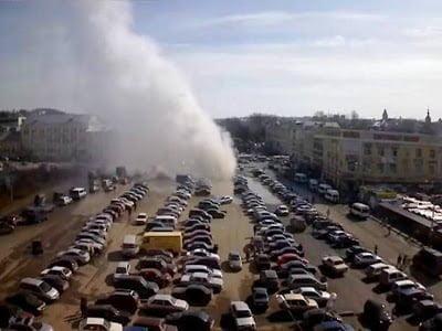 Enorme géiser de agua caliente natural, surge espontáneamente en Smolensk, Rusia – Abril 2013