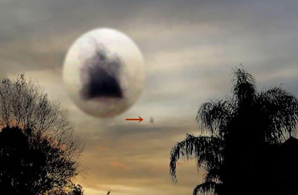 Figura aparece en el cielo sobre Solo, Indonesia