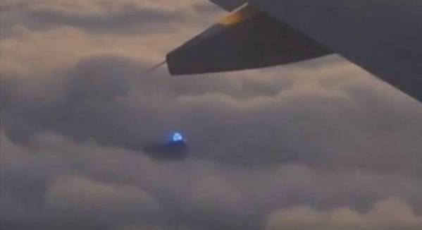 Se graba extraña luz azul en las nubes desde un avión de pasajeros