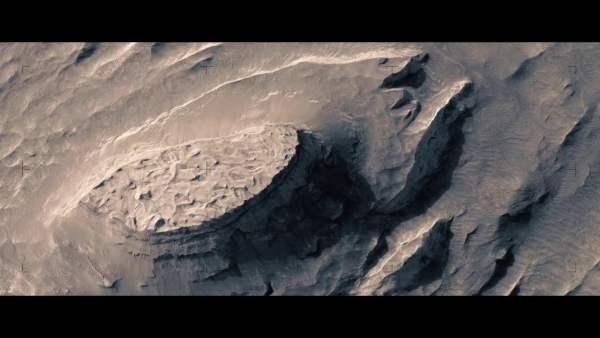Un increíble sobrevuelo ficticio sobre el Marte real