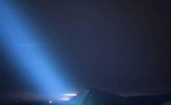 Extraños rayos de luz azules en el cielo sobre Hawái