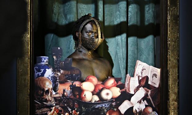 Exhibit-B: Para fazer refletir sobre zoológicos humanos, produtores usa atores negros que ficam expostos exatamente como no passado.