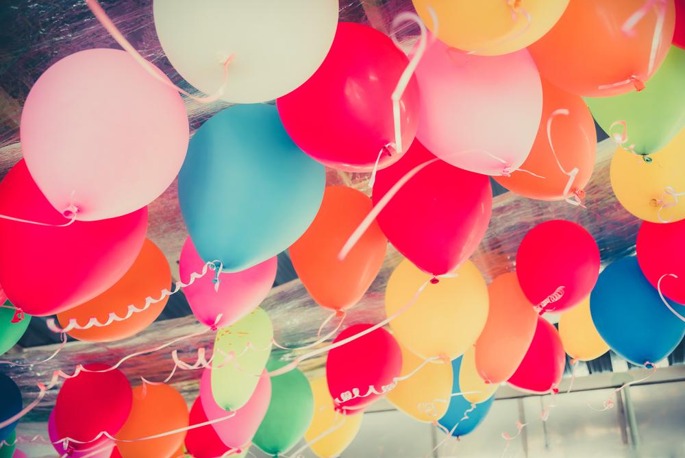 abrir os presentes durante a festa de aniversário