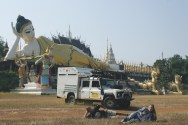 Posou ao lado de templos budistas na Tailândia