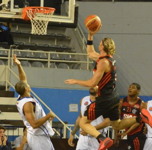 Em sua pátria, o Hernano Herrmman está arrebentando! (Foto: Site FIBA Américas?