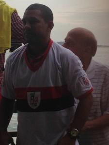 Djalminha e a camisa da ConFLAria (Foto: Rafael Lisboa/ MRN Informação)