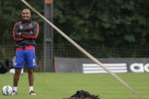 Observando o treinamento, Cristóvão se protege do frio que tomou conta do RJ. (Foto: Flamengo Oficial - Gilvan de Souza)