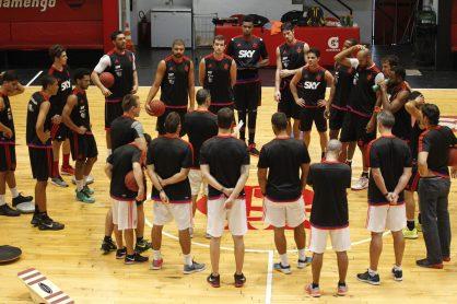 Neto reúne seus jogadores no centro da quadra durante o treino (Foto: Gilvan de Souza / Flamengo)