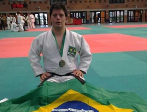 Breno Viola posa com sua medalha e a bandeira brasileira na Itália (Foto: Reprodução/Facebook)