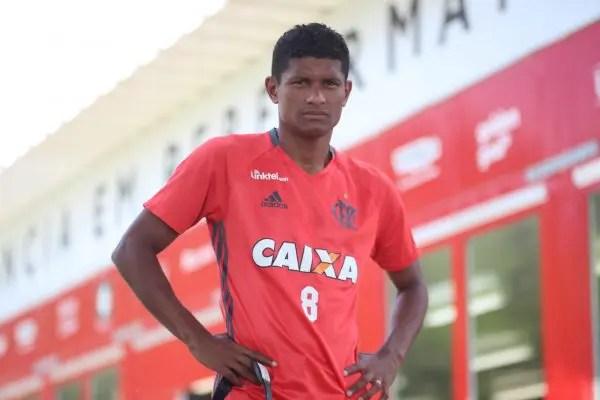 Flamengo renova com Márcio Araújo por um ano