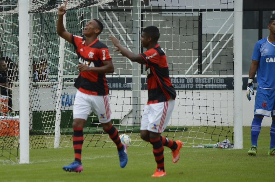 Flamengo vence o Vasco em São Januário e lidera o Carioca Sub-20