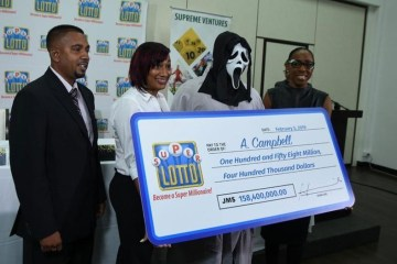 Ganhador da Loteria na Jamaica Recebe Prêmio Milionário com Máscara do Filme 'Pânico' 1