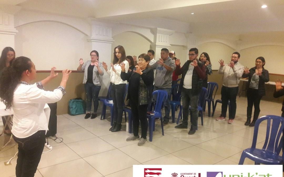 Formación para colectivos y funcionarios municipales sobre lenguaje de señas.