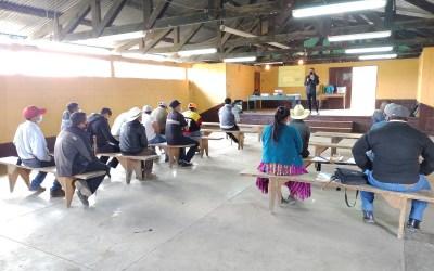 Líderes comunitarios y vecinos del Municipio de San Antonio Sacatepéquez, participan en la campaña de comunicación sobre saneamiento, agua y cambio climático.