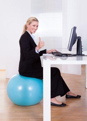 Übung machen während Sie sitzen und Kalorien verbrennen