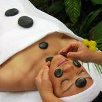 Gesichtsmassage mit Jade Steinen