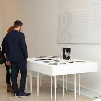 Publika razgleda postav izložbe