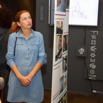 Publika razgleda postav izložbe hrvatskog dizajna 1516