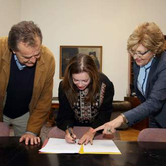 Linda Pilkington potpisuje darovni ugovor za MUO