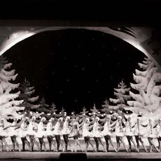 Atelier Foto Tonka - fotografija s premijere baleta Orašar, Zagreb, 1931., Margareta Froman i baletni ansambl, Arhiv Zavoda za povijest hrvatske književnosti, kazališta i glazbe HAZU