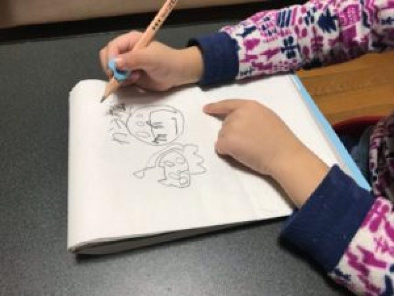子供、鉛筆、持ち方