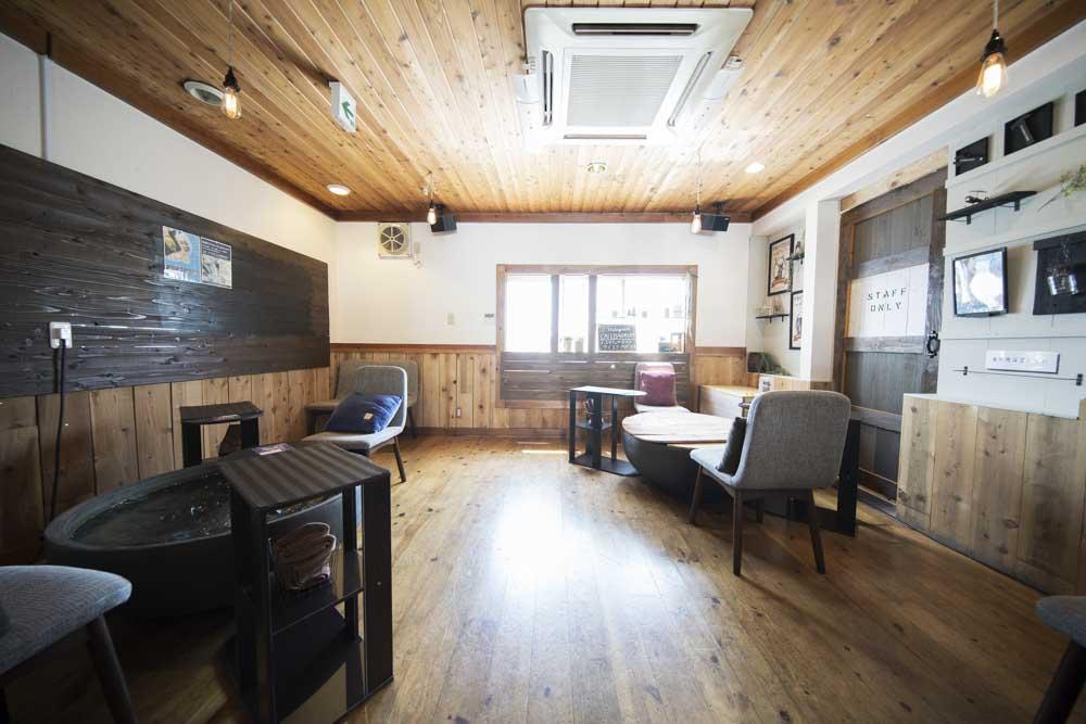 Cafe&bar足湯屋の内観