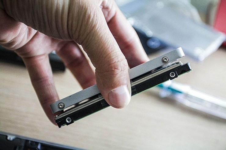 7 mm'lik kalınlığıyla mekanik diskten yaklaşık 2 mm daha ince.