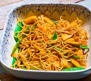Stekt nudler sautert med søt-spicy soya grønnsaker