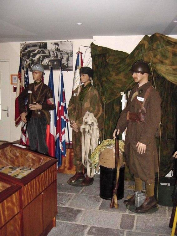 De droite à gauche : Soldat français, parachutiste, et un résistant FFI