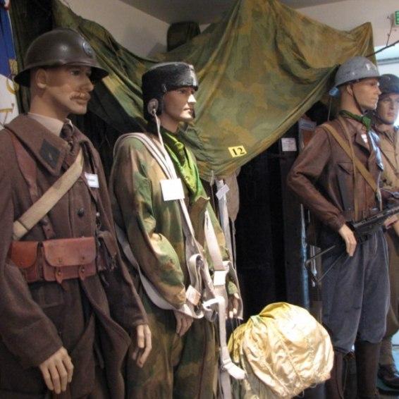 Des tenues militaires de la deuxième guerre mondiale