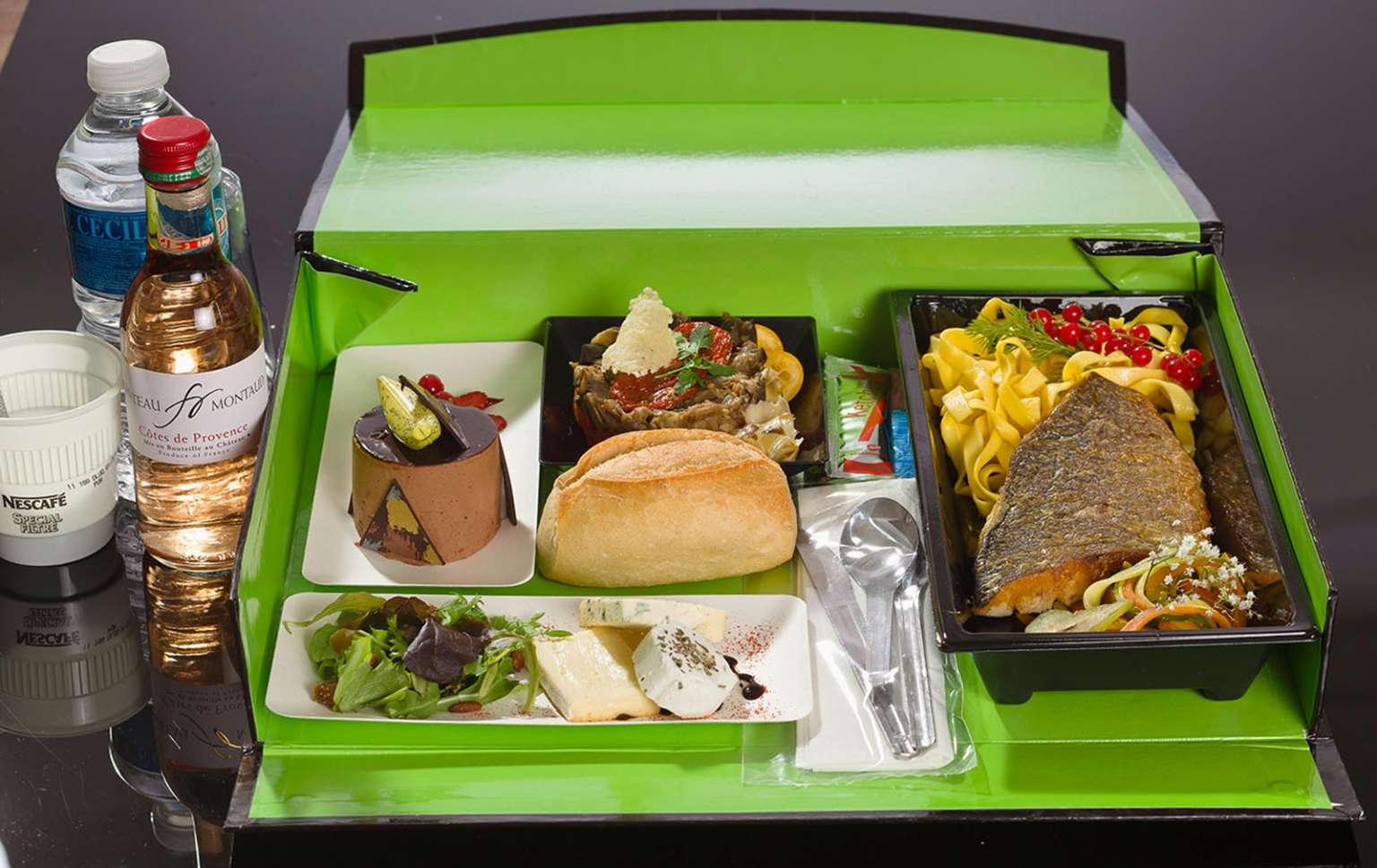 plus simple a mettre en place qu une cantine d entreprise le recours a la livraison de plateaux repas est aujourd hui largement plebiscite