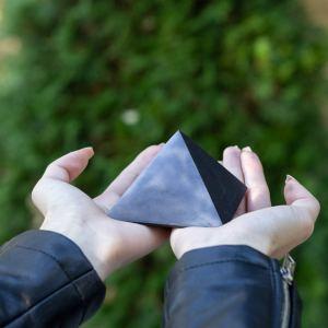 07-Pirámide Energía Shungita pulida 8cm