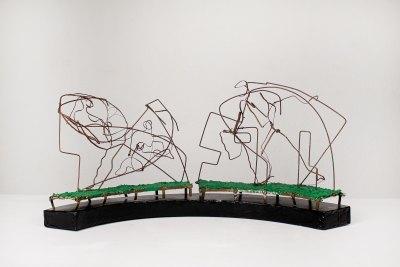 """""""En el parque"""" s.f. : alambre y cintilla de cobre 29 x 60 x 20 cm"""