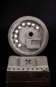 Calavera de las 9 lunas | 1997 Talla directa en recinto gris 182 x 74 x 41.5 cm
