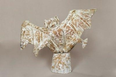 """""""Murciélago"""" : 2013 : talla en madera estucada : 46 x 79 x 60 cm"""