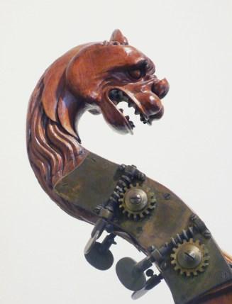 Particolare della testa di grifo che sormonta l'asta del contrabbas ciquec appartenut all'import collez di strumenti musicali del cotignolese Strocchi, racccolta trafugata e dispersa dai nazisti