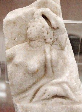 Frammento marmoreo con mito di Arianna, seconda metà II sec, cm 21x14