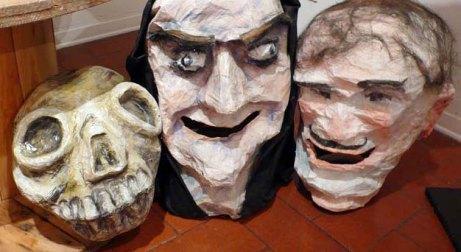 Una foresta-labirinto di maschere. Allestimento a Palazzo Sforza
