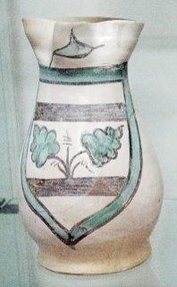 Boccale trilobato, maiolica arcaica trecentesca decorata con stemma familiare, diam 13, alt 24,5 cm (provenienza area della Torre d'Acuto)