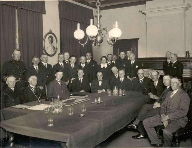 Burg. Rothe met ambtsketen tussen wethouders N.Tervoort en N.Passchier.