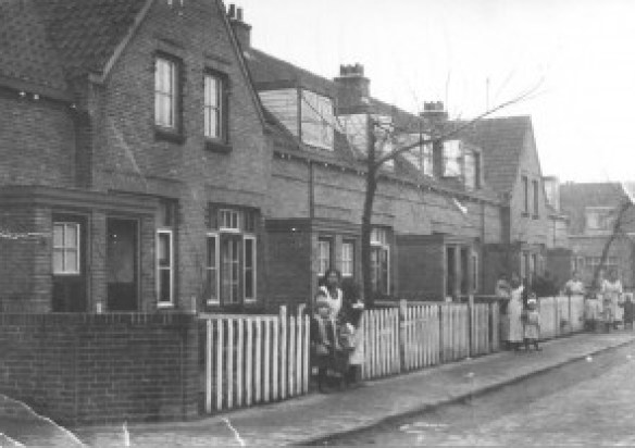 De Franklinstraat, omstreeks 1918. Links staat mevrouw van Dijk met haar kinderen. In het midden staat mevrouw Post. Zij woonde op nummer 15. Wie helemaal achteraan staan is onbekend. Links ziet u duidelijk de uitbouw die men indertijd speciaal bedoelde als 'klompenhokje': de ruimte waar men zijn klompen uittrok. Het huis betrad men op kousenvoeten.