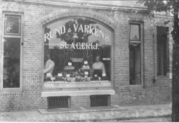 Achterop deze foto schreef mevrouw J. Bevers-Kok: Mijnheer Kok met waarschijnlijk jongste zuster, rond 1920 in de De Lessepsstraat.