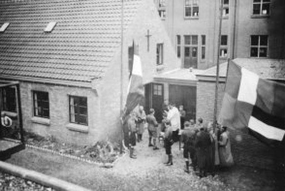Pastoor W. van Albach tijdens de inwijding van het gebouw De Stins in de St.-Willibrordusstraat