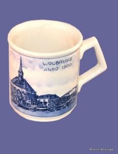 Delftsblauwe beker afbeelding Woubrugge anno 1900 kerk, pastorie en brug, 1991,2000