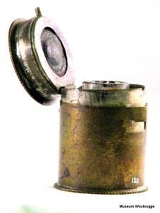 Koperen inktkoker, gebruikt door de notaris.