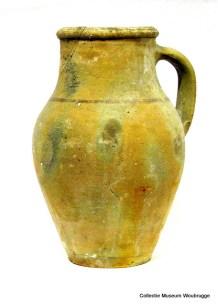 Frankische vaas van bruin-grijs aardewerk, met een oor.