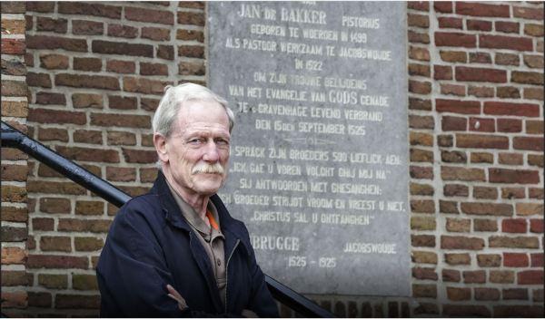 Jaap Haasbroek voor de gedenksteen in de dorpskerk