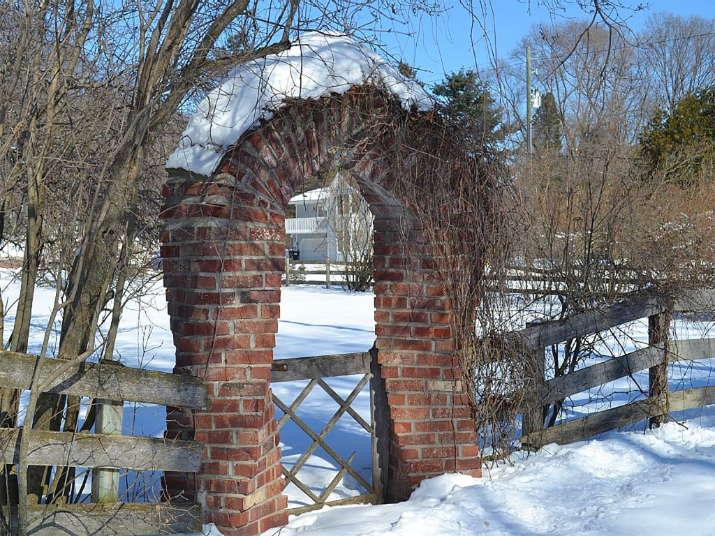 charlevoix-mushroom-house-applecore-twisted-brick-entrance